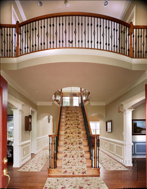 Foyer balustrade with metal balusters