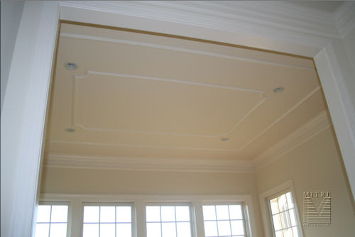Ceiling moulding with curved corners